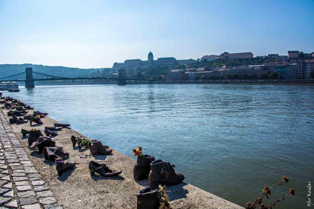 """בלוג הצילום ב""""נעליים על הדנובה"""" - אנדרטה המנציחה את מאות היהודים שנרצחו בידי גדודי צלב החץ ההונגרים, לאחר שנורו והושלכו למי הנהר בשנים 1944 - 1945."""