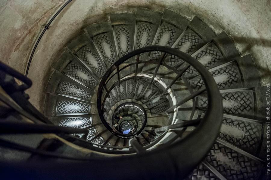 תמונה של המדרגות לשער הנצחון, פריז, צרפת | ראיתי עיר עוטפת אור - חופשה בפריז | בלוג הצילום של עפר קידר
