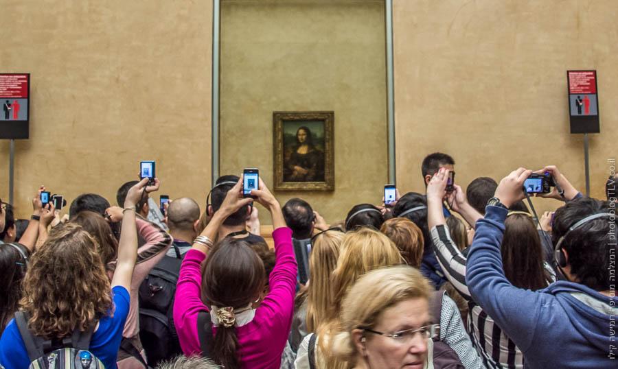 אנשים מצלמים את המונה ליזה, מוזיאון הלוברה (Louvre), פריס צרפת | בלוג הצילום של עופר קידר | ראיתי עיר עוטפת אור - חופשה בפריס