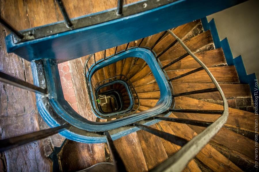 המדרגות לדירה ברובע המארה (Marais) בפריז, צרפת | ראיתי עיר עוטפת אור - חופשה בפריז | בלוג הצילום של עפר קידר