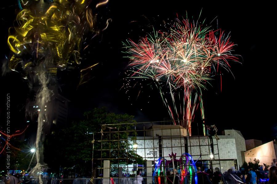 יום העצמאות , זיקוקים ברחבת מוזיאון תל אביב בית אריאלה | המצלמה מוסיפה חמישה קילו |בלוג הצילום של עופר קידר