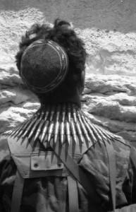 חייל ליד הכותל המערבי, ירושלים, יוני1967 | צילום: מיכה בר-עם